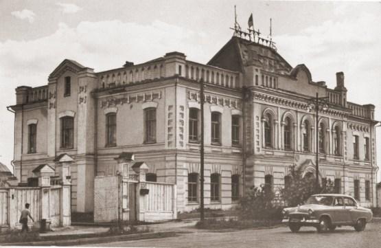 В 1961 году в здании Окружного суда размещался ректорат ЯГУ