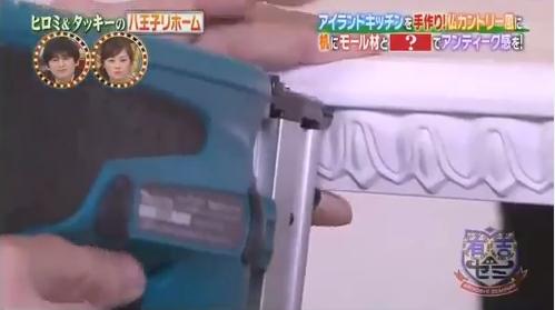 電動タッカーでモールを固定