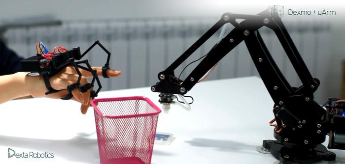 産業用ロボットの操作に活用している場面