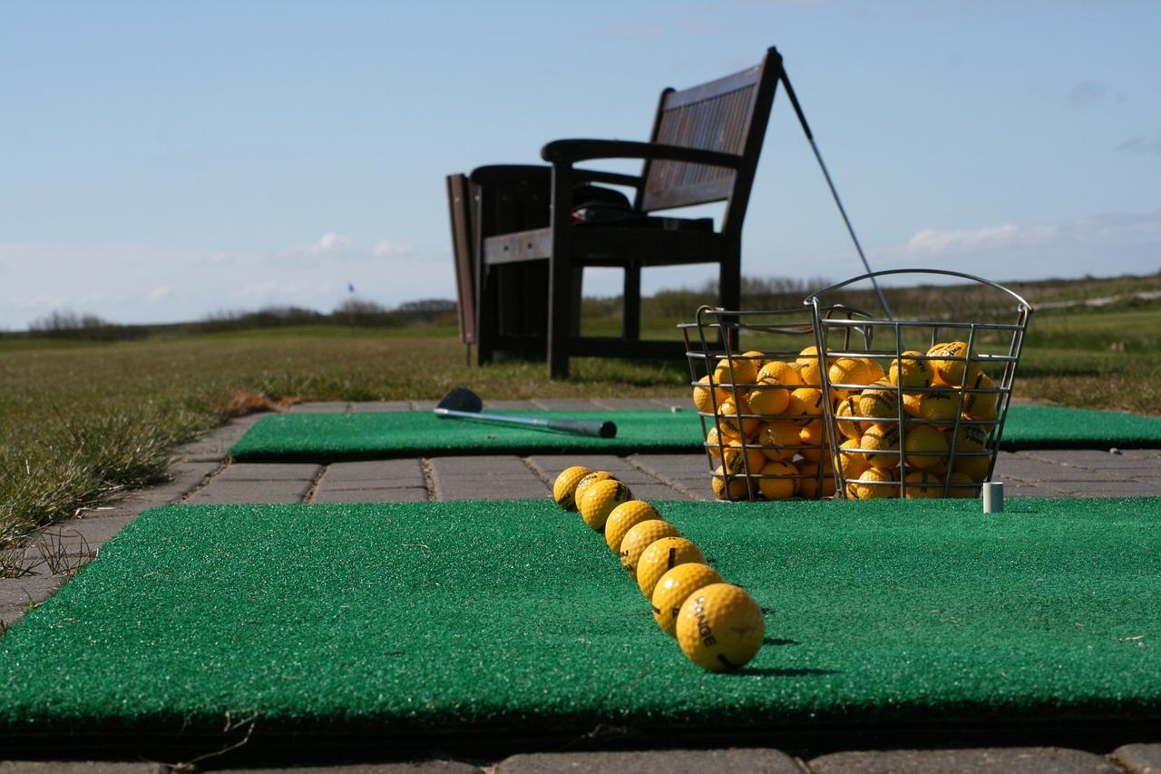 Golf Driving Range Line Up Club  - madsliebst / Pixabay
