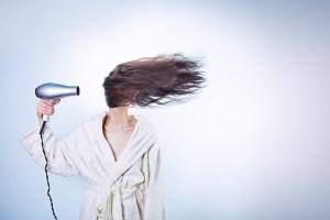 髪を乾かすドライヤー