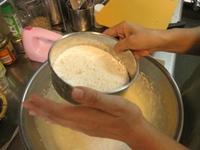 石垣島のカフェ&カレー「トラベラーズカフェ朔」のスイーツレシピ「ブルーベリーとカルピスクリームのケーキ」3