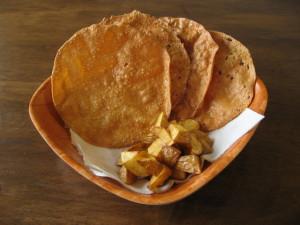 石垣島のカフェ&カレー「トラベラーズカフェ朔」のパパドとスパイシーポテト