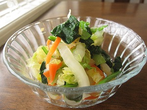石垣島のカフェ&カレー「トラベラーズカフェ朔」の小松菜、白菜、ニンジンのサラダ