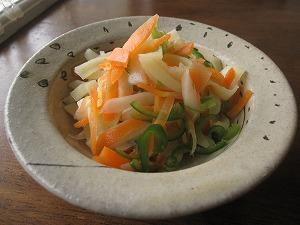 石垣島のカフェ&カレー「トラベラーズカフェ朔」のジャガイモ、ニンジン、ピーマンのサラダ