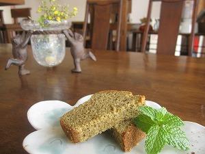 石垣島のカフェ&カレー「トラベラーズカフェ朔」のサンピン茶のケーキ