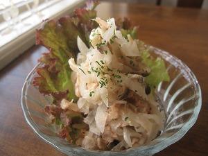 石垣島のランチなら「トラベラーズカフェ朔」の大根、シメジ、ツナのサラダ