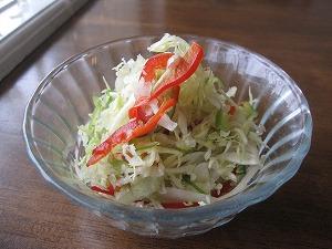 石垣島のランチなら「トラベラーズカフェ朔」のキャベツ、パプリカ、ピーマンのサラダ