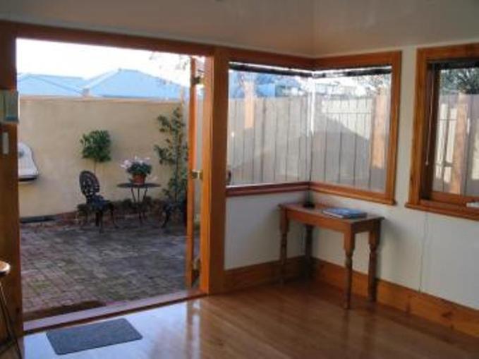26122-DoorstoCourtyard