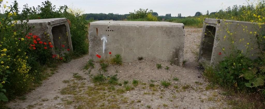 fietspad met een enorm betonblok wat de weg blokkeert