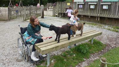Jacqueline in rolstoel met haar kinderen op een kinderboerderij