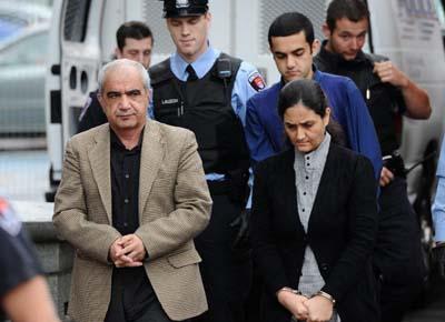 محمد شفیع درکنار همسرش طوبا محمد یحیا و پسرش حامد شفیع توسط پلیس اسکورت شده اند تا به اولین جلسه دادگاه خود در کینگزتون برده شوند - پنجشنبه 20 اکتبر