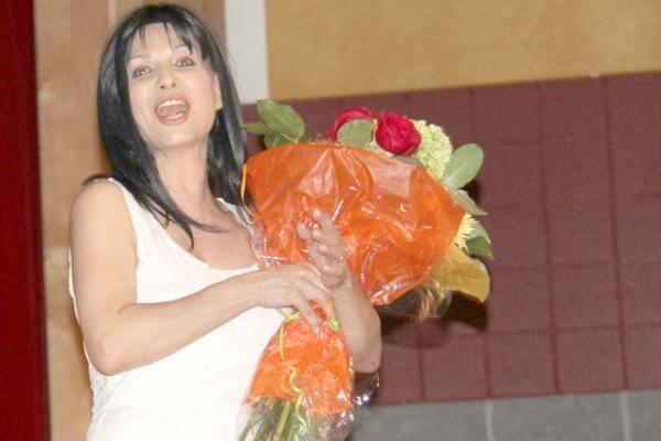 گلوریا یزدانی در حال تشکر از حضار پس از اجرای تئاتر «سلام ای همصدای من» - عکس از سلام تورنتو