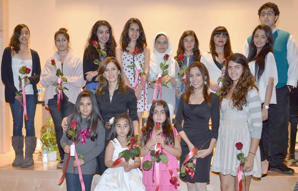 خانم پردیس عمانیان و گروهی از هنرآموزان کلاس موسیقی ایشان