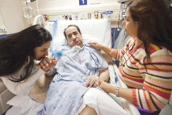 همسر و دختر حسن رسولی در کنار او بر روی تخت یمارستان سانی بروک