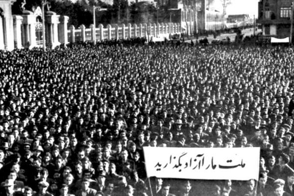 میتینگ در میدان بهارستان (حصار مجلس شورا جلو،  منار و گنبد مسجد سپهسالار عقب)