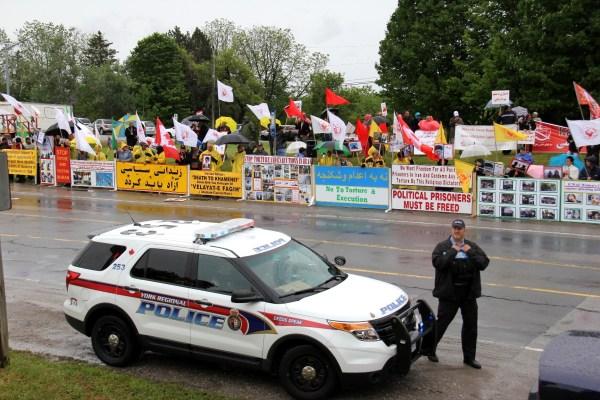 هواداران تقریبا همه گروهها و سازمانهای سیاسی  اپوزیسیون ایرانی در این تظاهرات شرکت داشتند