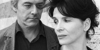 فیلم Certified Copy این اولین فیلم سینمایی داستانی ـ fiction ـ کیارستمی است که در خارج از ایران ساخته شده است (2010) با شرکت ژولیت بیونش برنده جایزه بهترین هنرپیشه زن از فستیوال فیلم کن و ویلیام شمیل ستاره اپرا به زبان انگلیسی.