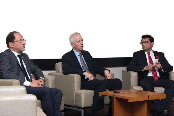 تورنتو- جمعه 28 اکتبر 2016 - آقای استفن دیان وزیر امور خارجه کانادا در دیدار با جمعی از اعضای کامیونیتی ایرانی- کانادایی، خط مشی برای تعامل و مذاکره با ایران را تشریح کرد و به سئوالات حاضران پاسخ داد. این جلسه با همکاری آقایان مجید جوهری (سمت راست) و علی احساسی (چپ) نمایندگان ریچموندهیل و ویلودیل در  پارلمان کانادا ترتیب یافته بود- عکس از سلام تورنتو