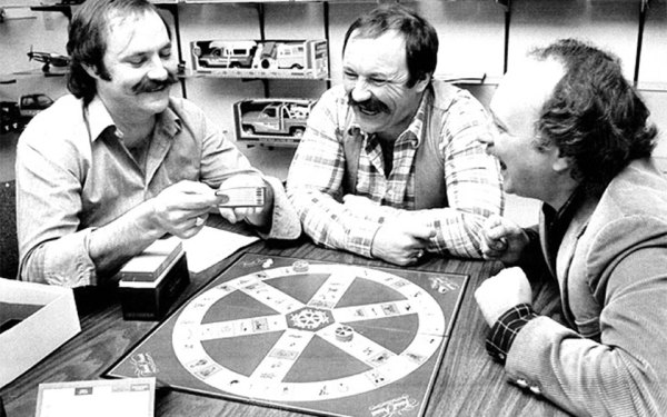 از چپ: کریسی هنری، برادرش جان هنری و اسکات ابوت در حال بازی Trivial Pursuit «Trivial Pursuit» inventors, former journalists Chris Haney (L), brother John Haney, and Scott Abott (R), play their board game based on trivia questions seen in this 1984 photo Photograph by: Canwest News Service , File Photo