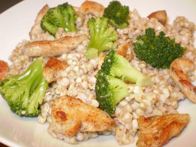 Hajdina saláta brokkolival, csirkemellel