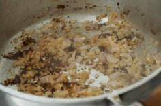 Retire o frango e frite a cebola na borra