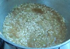 Acrescente os caldo ao arroz