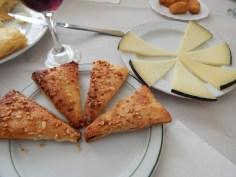 Tortinhas e queijo de cabra