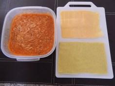 Molho de frango, massa de lasanha e queijo muçarela