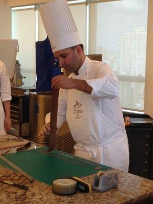 chef Bertrand Busquet ministrando uma aula para os ganhadores do concurso concurso de receitas de confeitaria promovido pela Callebaut