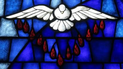 Pentecost_SaintJamestheGreaterCatholicChurchConcordNorthCarolinastainedglassHolySpiritatPentecostwikimedia