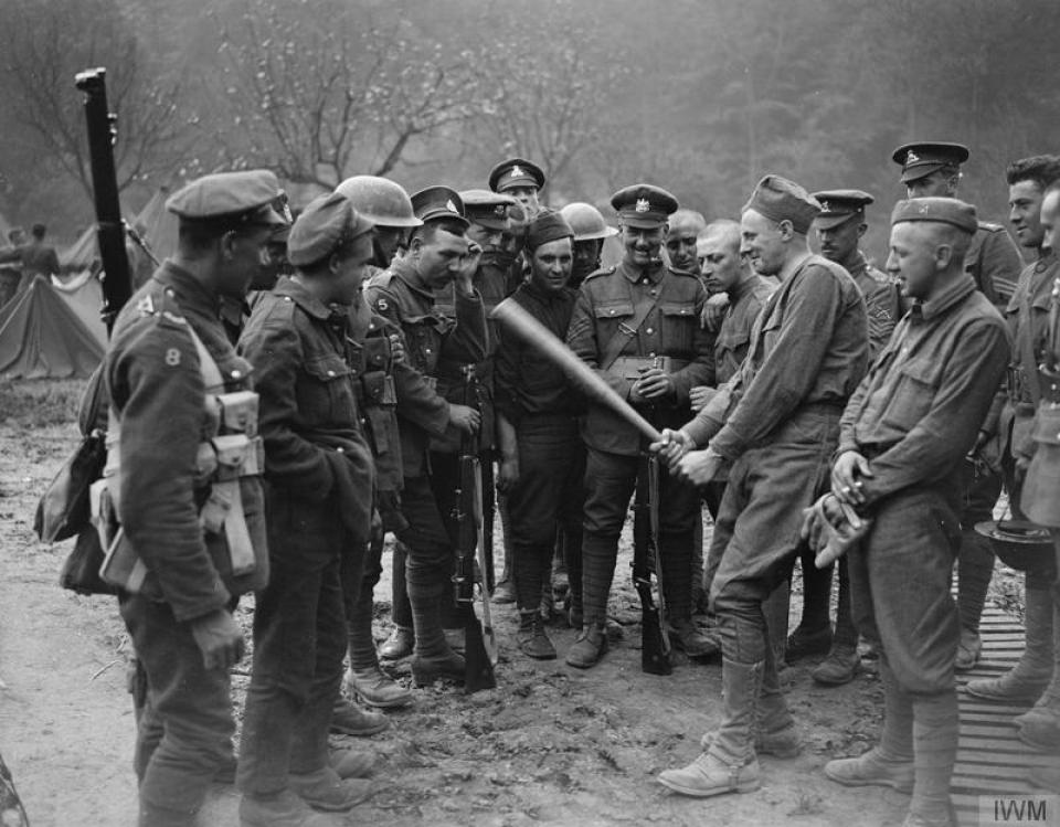 7th Battalion Lancashire Fusiliers meet American troops on the Front - IWM