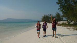 Llegando a la playa con Matu y Borja