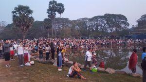 Un par de personas esperando el amanecer en Angkor Wat
