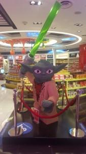 Maestro Yoda, en el aeropuerto Malayo