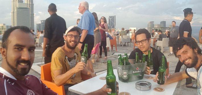 En el helibar, con las Torres Petronas