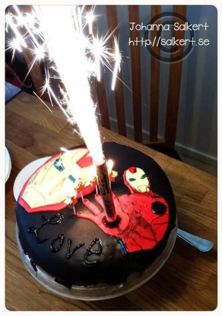 Gästerna trodde tårtan var beställd, men jag gjorde den själv, var inte nöjd med hur den såg ut alls och ångrade att jag inte använt någon mall eller åtminstone haft någon bild att göra det efter, men bilderna i huvudet fick vara det jag gick på. God var den och Love var otroligt nöjd! :D