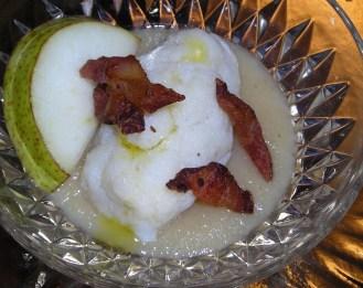 baccalà mantecato con salsa di pere e croccante di guanciale