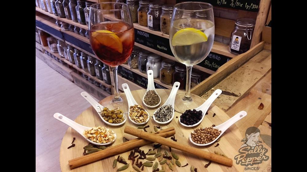 Especias para preparar un vermut casero: ajenjo, canela, manzanilla, enebro, salvia, corteza de naranja y de limón, cardamomo y clavo.