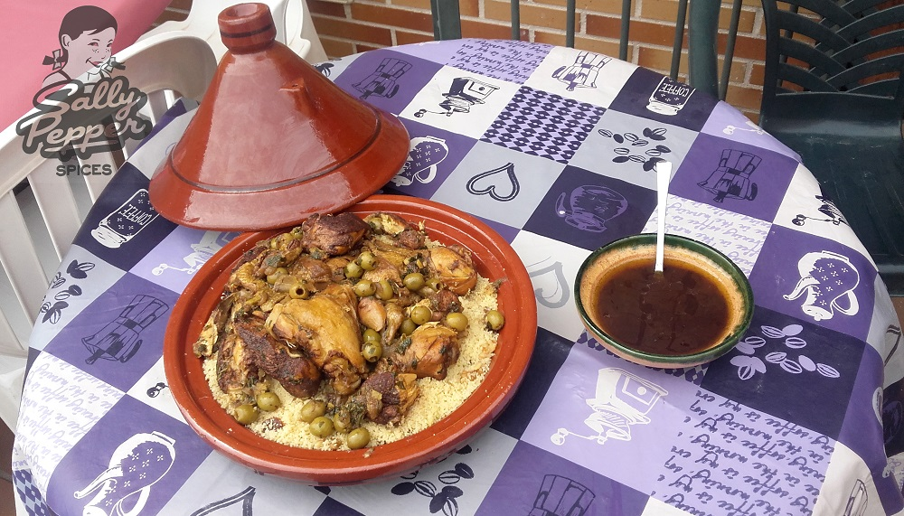 Sally Pepper-Spices-Tienda-de-Especias-Madrid-Receta-TAGINE-DE-POLLO-CON-LIMÓN EN CONSERVA-Y-ACEITUNAS-jardín-1000 x 571