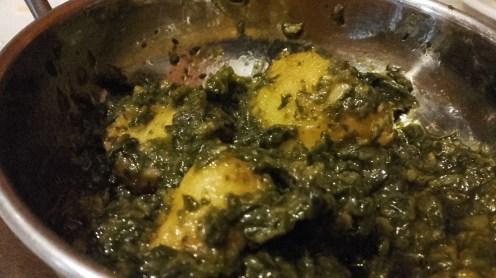Revolver suavemente las patatas con las espinacas.