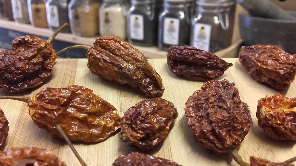 Sally Pepper-Spices-Tienda-Especias-salsas-chiles-Madrid-chile-seco-Bhut-Jolokia-Naga-fantasma-1000 x 562
