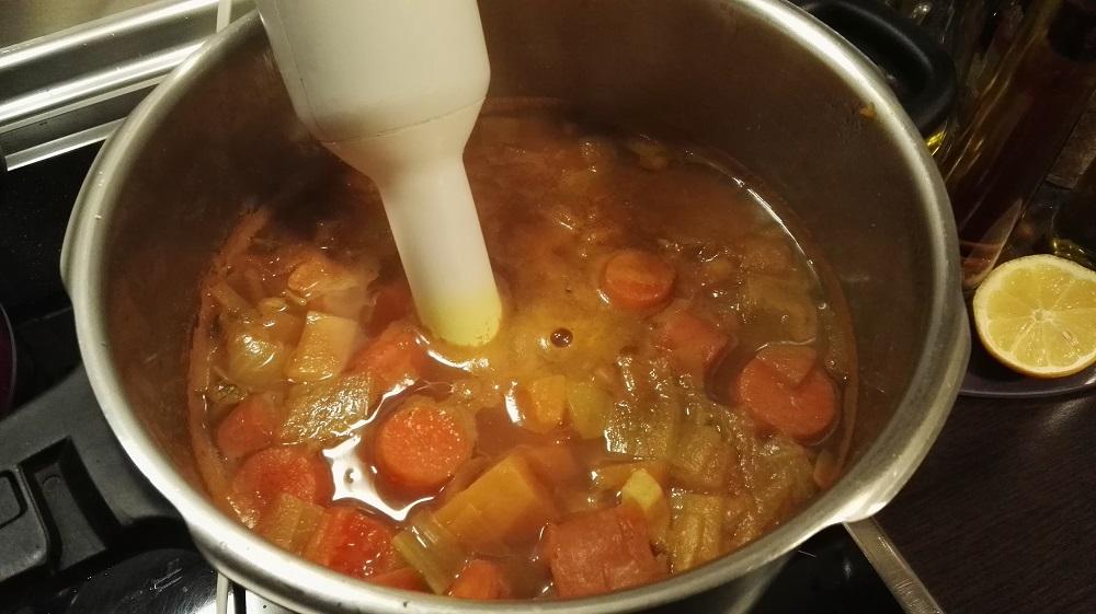 Triturar las verduras para hacer la crema de calabaza picante con Naga morich