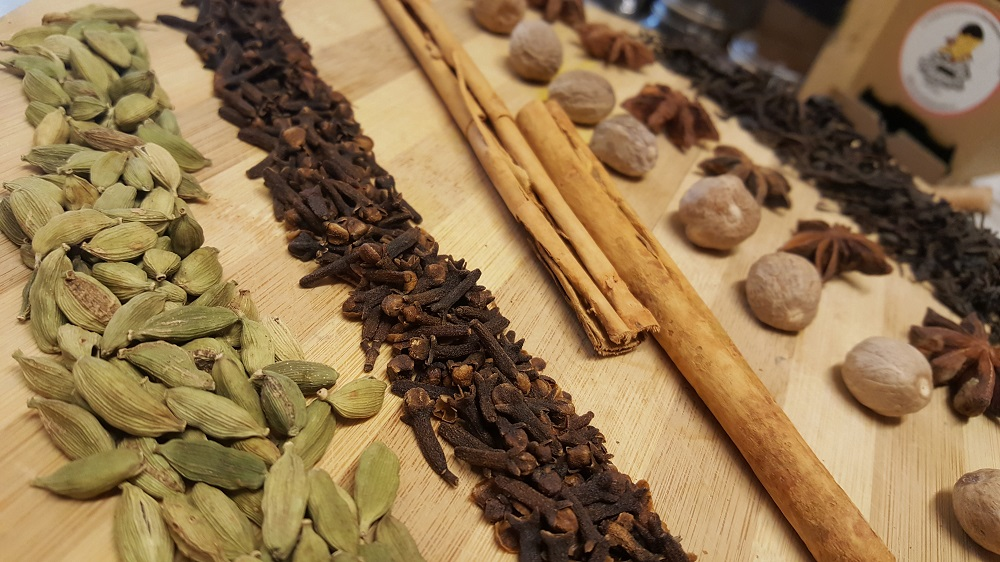Especias indias para hacer Chai Masala Affogato de Sally Pepper Spices: Cardamomo, Clavo, Canela, Nuez Moscada, Anís Estrellado y Té Negro.