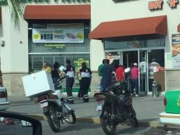 socorristas fueron criticados por ir a comprar pizza abordo de una ambulancia.