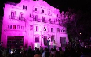 Iluminan de rosa el Palacio de Gobierno