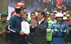 Entrega Presidente de México, Enrique Peña Nieto, reconocimiento al GRUPO…