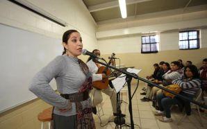 Recitan poesía de mujeres latinoamericanas en Cantando al sol