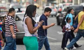 Uso de celular pone en riesgo a peatones y provoca…