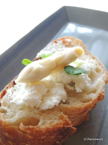 エグ・ヴィヴのバゲットにリコッタチーズと滝本農場ホワイトアスパラ・ピクルスを添えて